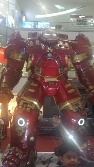 Lifesize Hulkbuster! (Photobomb kid for scale) #avengers