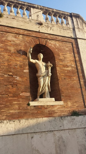Statue of ancient Roman taking a selfie